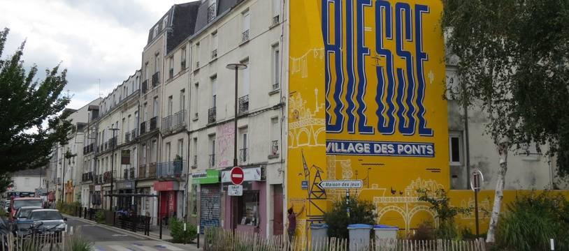 La fresque marque l'entrée de la rue Biesse sur l'île de Nantes