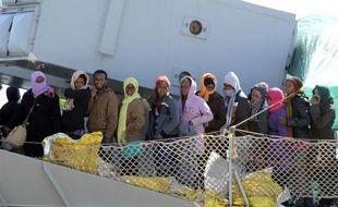 Des naufragés migrants secourus en Méditerranée, à leur arrivée le 18 avril 2015 à Messina en Sicile