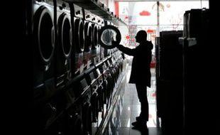 Un homme dans une laverie le 22 novembre 2015 à Simféropol en Crimée