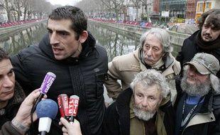 """Des membres de l'association """"Les Enfants de Don Quichotte"""", dont Jean-Marc Restoux (casquette) et Jean Rochefort."""