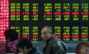 Des investisseurs observent les fluctuations boursières sur un écran, le 5 janvier 2016 à Pékin