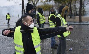Un «gilet jaune» tire avec un lance-pierres à Paris, le 1er décembre.