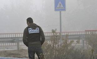 Un policier recherche des indices, le 28 novembre 2011 à Vitrolles, à la suite d'une fusillade entre la police et des malfaiteurs.