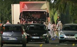 L'intervention d'un civil a aidé à arrêter le camion, ici examiné par la police scientifique.