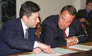 Le proche de Vladimir Poutine Mikhaïl Lesin (à dr.), alors ministre de la Communication, en 2000.