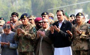 Le chef des armées pakistanais général Ashfaq Kayani (2e à gauche) prie lors des obsèques de 24soldats pakistanais, morts à cause d'une attaque de l'Otan, à  Peshawar, le 27 novembre 2011.