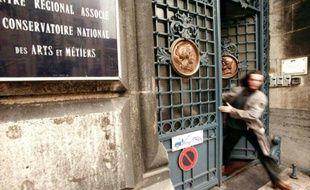 Un étudiant de l'Ensam (Ecole nationale supérieure des arts et métiers) en tenue de bizutage quitte son école, le 14 octobre 1997 à Lille, à la suite de l'annonce de la fermeture temporaire de celle-ci pour des bizutages abusifs