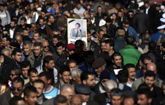 Les funérailles, dignes d'un chef d'Etat et suivies par des dizaines de milliers de personnes, de l'opposant algérien Hocine Aït-Ahmed, le 1er janvier 2016 à Alger