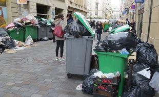 Ce jeudi après-midi, la rue Joubert(9e) croulait littéralement sous les déchets.