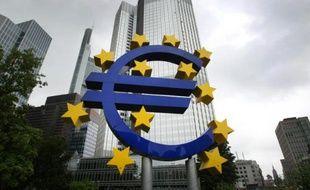 Une sculpture de l'artiste allemand Ottmar Hörl représentant le symbole de l'euro, devant le siège de la BCE à Francfort, en Allemagne, le 24 juin 2016