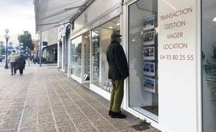 Une agence immobilière à Nice. (illustrations)