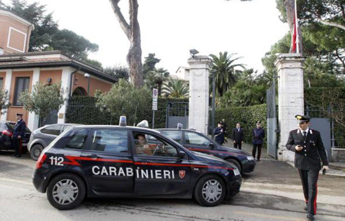 Des carabiniers italiens devant l'ambassade de Suisse à Rome le 23 décembre 2010. – REUTERS/Alessandro Bianchi