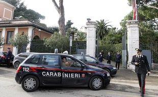 Des carabiniers italiens devant l'ambassade de Suisse à Rome le 23 décembre 2010.