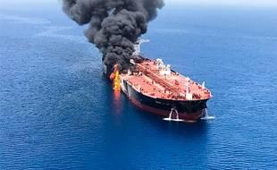 De la fumée s'élève du pétrolier norvégien «Front Altair», visé par une attaque dans le golfe d'Oman, le 13 juin 2019.