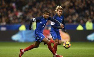 Kylian Mbappé et Antoine Griezmann lors de France-pays de Galles, le 10 novembre 2017 au Stade de France.