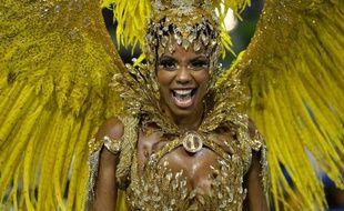 Une danseuse de l'école de samba Unidos da Tijuca défile lors de la parade au carnaval de Rio le 4 mars 2014
