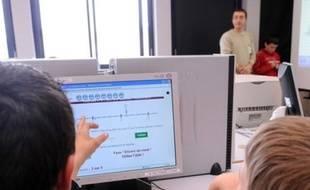 Salle d'ordinateurs dans un collège.