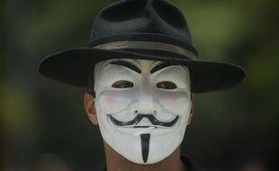 Le masque de Guy Fawkes est devenu emblématique des Anonymous et, plus largement, de nombreux mouvements contestataires, comme ici, lors d'une manifestation d'enseignants à Medellín (Colombie), en septembre 2013.