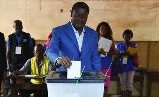 Le président sortant du Togo Faure Gnassingbé, candidat à sa réélection, dans un bureau de vote de Lomé le 25 avril 2015
