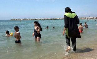 """Une femme se baigne en """"burkini"""", le 4 août 2016 à Marseille (Bouches-du-Rhône)."""
