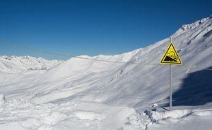 Un panneau de signalisation de risque d'avalanche.