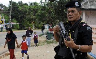 """L'Unicef a réclamé mercredi l'""""arrêt immédiat"""" des attaques contre les enfants dans l'extrême-sud de la Thaïlande, en proie à une insurrection séparatiste meurtrière depuis 2004, au lendemain de la mort d'un bébé dans une fusillade et alors que des milliers d'écoles ont décidé de fermer."""