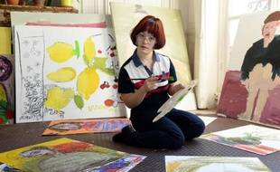L'artiste azerbaïdjanaise Maryam Alakbarli pose dans son studio à Paris le 10 juin 2015