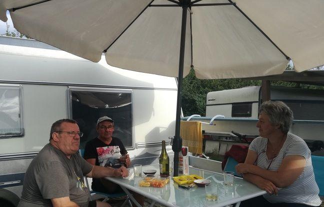 Petit apéro entre amis dans le camping le moins cher de France à Mélisey (Haute-Saône).
