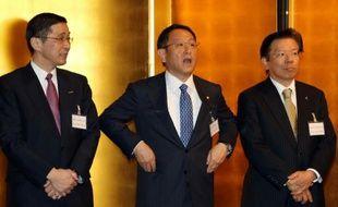 Le président du groupe Toyota Ako Toyoda (c) entouré d'un responsable de Nissan, Hiroto Saikawa (g) et de Mitsubishi, Tetsuro Aikawa, lors d'une rencontre le 4 janvier 2016 à Tokyo