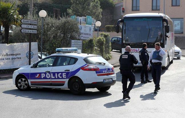 Des policiers devant le lycée Tocqueville de Grasse. AFP PHOTO / Valery HACHE