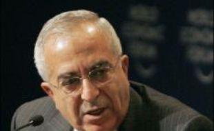 Consacrant la division, le président et chef du Fatah Mahmoud Abbas a chargé le ministre sortant des Finances, Salam Fayyad un indépendant qui a les faveurs de l'Occident, de former un nouveau gouvernement d'urgence après le limogeage du cabinet dominé par le Hamas, selon un responsable de la présidence, Hikmat Zeid.
