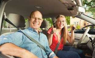 Alors que la conduite accompagnée cible les ados dès 15 ans, la conduite supervisée s'adresse aux majeurs recalés au permis.