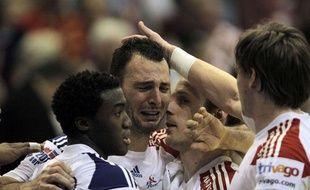 Jérôme Fernandez partage des larmes de joies avec Luc Abalo et Xavier Barachet, le 22 janvier 2012