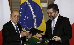 Jean-Yves Le Drian, ici avec le ministre brésilien des affaires étrangères,  Ernesto Araujo, fin juillet.