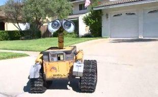 Capture d'écran d'une vidéo montrant un «Wall-E» construit par le californien Mike Senna, en juillet 2012.
