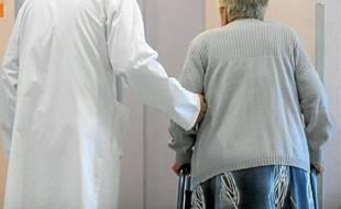 Un médecin et une patiente atteinte d'Alzheimer, en Ille-et-Vilaine.