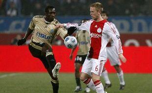 Mamadou Niang, de l'Olympique de Marseille, et Rasmus Lindgren, de l'Ajax Amsterdam, le 12 mars 2009 lors du match de Coupe de l'UEFA, au Stade-Vélodrome.