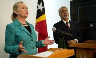 Hillary Clinton est arrivée jeudi au Timor oriental, devenant la première secrétaire d'Etat américaine à fouler le sol de ce confetti d'Asie du Sud-Est indépendant depuis dix ans seulement et meurtri par des décennies de conflits.