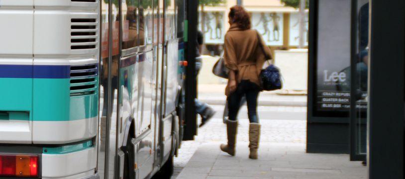 Illustration d'une femme à un arrêt de bus, ici à Rennes.
