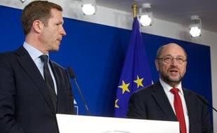 Le chef du gouvernement de Wallonie, Paul Magnette (G) et le président du Parlement européen, Martin Schulz, lors d'un point presse après une réunion portant sur le CETA à Bruxelles, le 22 octobre 2016.