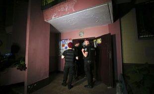 Des policiers devant l'immeuble où a été abattu le journaliste à Kiev.