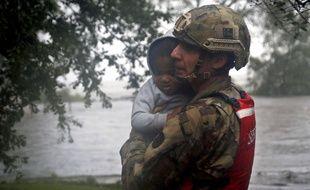 Un membre de la garde nationale porte secours à un enfant en Caroline du Nord, lors du passage de l'ouragan Florence, le 14 septembre 2018.