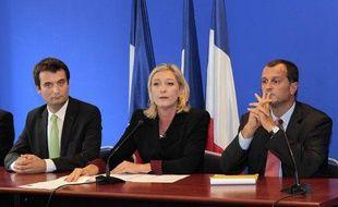 De gauche à droite, Florian Philippot, Marine LePen, Louis Aliot, lors d'une conférence de presse sur l'équipe de campagne de la présidente du Front national, le 6 octobre 2011 à Nanterre.