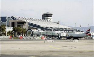 Le trafic était interrompu dimanche soir à l'aéroport Nice-Côte d'Azur, deuxième de France, en raison des pluies et des orages qui s'abattent sur les Alpes-Maritimes, a-t-on appris auprès de l'aéroport.