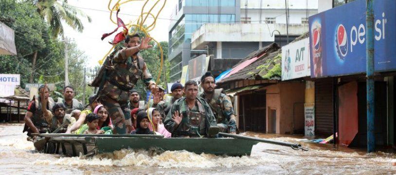 L'armée indienne évacue les résidents du district d'Ernakulam, en Inde, le 17 août 2018.