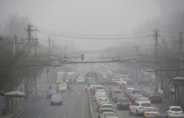 Circulation automobile et pollution à Pékin, le 26 décembre 2015