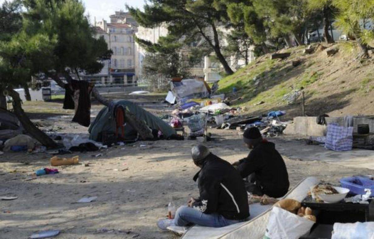 Plusieurs habitants et riverains d'une cité de Marseille ont contraint à la fuite, jeudi soir, des familles roms installées à proximité et incendié les restes de leur campement, sans violences physiques, a-t-on appris vendredi de source proche de l'enquête. – Anne-Christine Poujoulat afp.com