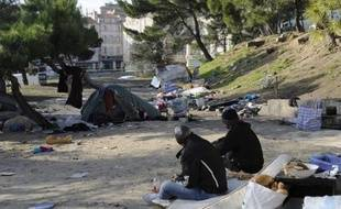 Plusieurs habitants et riverains d'une cité de Marseille ont contraint à la fuite, jeudi soir, des familles roms installées à proximité et incendié les restes de leur campement, sans violences physiques, a-t-on appris vendredi de source proche de l'enquête.
