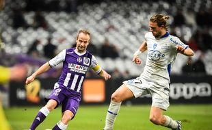 Le milieu de terrain du TFC Etienne Didot face à son homologue bastiais Guillaume Gillet, lors du match de Ligue 1 entre Toulouse et Bastia, le 17 janvier 2015.
