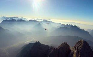 Capture d'écran d'une vidéo RedBull montrant Vince Reffet et Fred Fugen, les Soul Flyers, lors de leur vol en wingsuit freestyle au-dessus des Dolomites, en Italie.